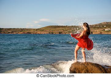 niña bonita, salpicar, por, onda océano