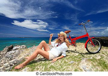 niña, cabalgar bicicleta, en la playa