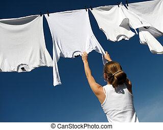 niña, cielo azul, y, blanco, lavadero