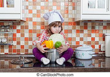 niña, cocinero, con, verduras frescas, se sienta, en, un, tabla de cocina