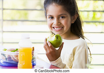 niña, comer el almuerzo, en, jardín de la infancia