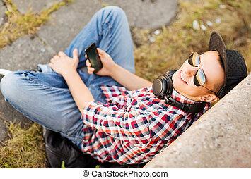 niña, con, auriculares, y, smartphone