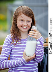 niña, con, botella de leche, en, camping