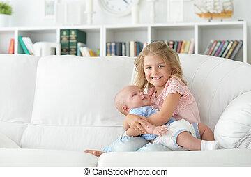 niña, con, ella, recién nacido, hermana