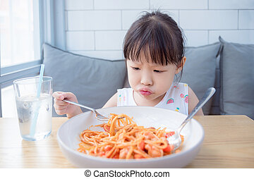 niña, con, infeliz, cara, mientras, teniendo, frito, espaguetis, con, tomate, suce, para, luch