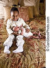 niña, con, recién nacido, hermano