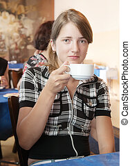 niña, con, un, taza de café, en, coffee-room
