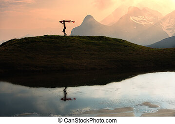 niña, corre, en las montañas, con, un, bufanda, en, mano, en, ocaso