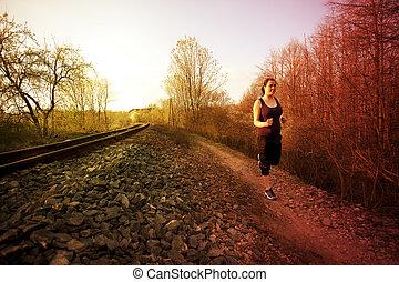 niña, corre, sobre el calle, por, el, pistas, y, el, ocaso