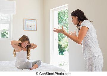 niña, cubrir orejas, mientras, madre, regaño, dormitorio