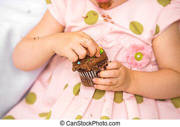 niña, cumpleaños, comida, cupcake