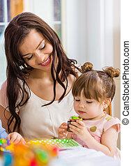 niña, cumpleaños, comida, madre, cupcake