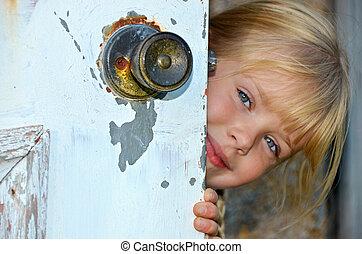 niña, echar una ojeada, alrededor, puerta
