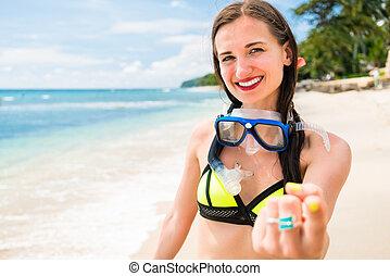 niña, el vacaciones, con, buceo, gafas de protección, paseos, en, playa