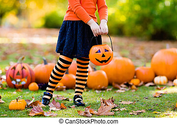 niña, en, bruja, disfraz, en, halloween, artimaña o gusto