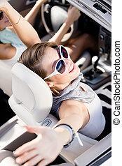 niña, en el coche, con, ella, manos arriba