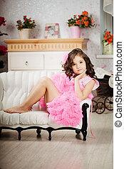 niña, en, el, guardería infantil, en, vestido rosa