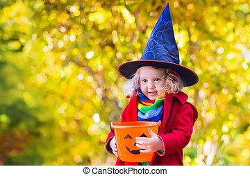niña, en, halloween, artimaña o gusto