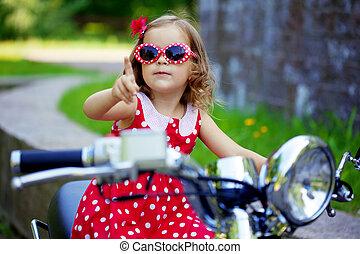 niña, en, un, vestido rojo, en, un, motocicleta