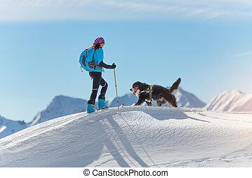 niña, encima de, un, montaña, con, esquís, y, el suyo, perro