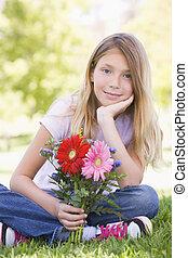 niña, flores, joven, tenencia, sonriente
