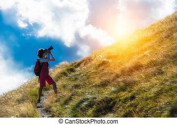 niña, fotógrafo, en las montañas