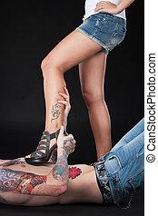 niña, hombre, acostado, joven, tattooed, legs., pecho,...
