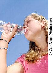 niña joven, agua potable
