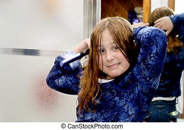 niña joven, burshing, ella, pelo