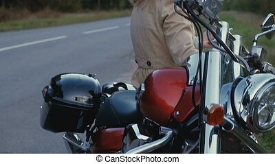 niña joven, con, pelo marrón, se sienta, en, un, moto,...