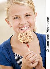 niña joven, dentro, golosina comestible, manzana, sonriente