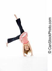 niña joven, en, gimnástico, postura, hacer, voltereta...