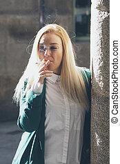 niña joven, fumar