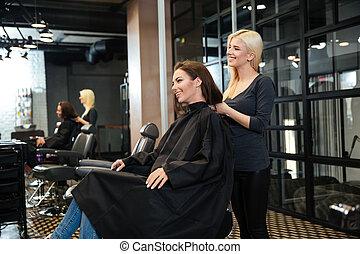 niña joven, hablar, con, peluquero, en, salón de belleza
