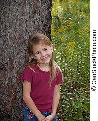 niña joven, inclinar, árbol