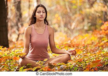 niña joven, meditar, en, otoño, parque