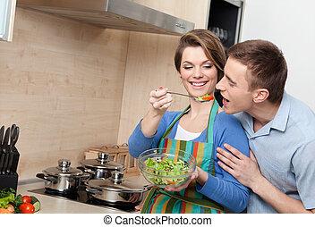 niña joven, ofertas, ella, marido, probar, ensalada