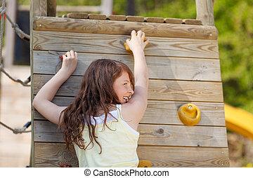 niña joven, pared que sube, en, patio de recreo