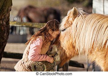 niña joven, se manifestar, cariño, para, ella, caballo