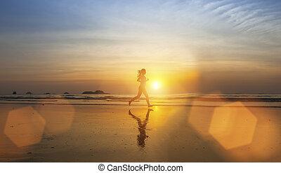 niña joven, silueta, jogging, en, mar, playa, en, rayos, de, el, sunset.