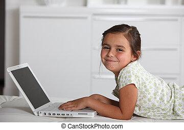 niña joven, utilizar, un, computadora de computadora portátil