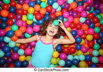 niña, juego, acostado, en, colorido, pelotas, parque, patio...