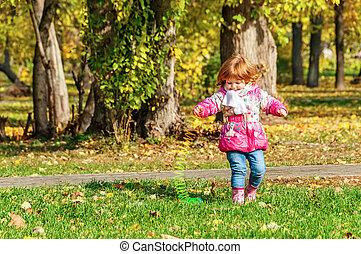 niña, juego, espiral, arco irirs, parque, primavera
