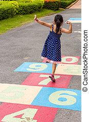 niña, juego, /, rayuela, patio de recreo