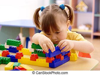 niña, jugar con, ladrillos de edificio, en, preescolar
