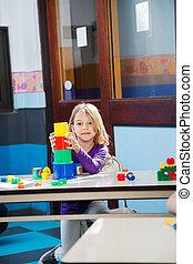 niña, jugar juguetes, en, jardín de la infancia