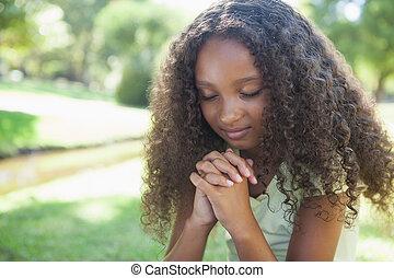 niña, parque, rezando, joven