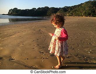 niña, paseos, en la playa, durante, día de fiesta de verano