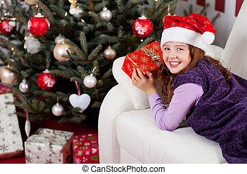 niña pequeña sonriente, delante de, un, árbol de navidad