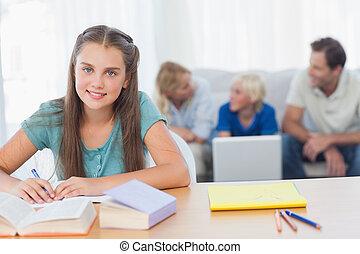 niña pequeña sonriente, hacer, ella, deberes